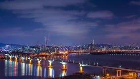 Город и автомобили Сеула проходя на мост и движение, Реку Han вечером в городском Сеуле, Южной Корее промежуток времени 4K акции видеоматериалы