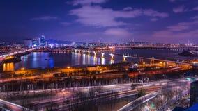 Город и автомобили Сеула проходя на мост и движение, Реку Han вечером в городском Сеуле, Южной Корее промежуток времени 4K видеоматериал