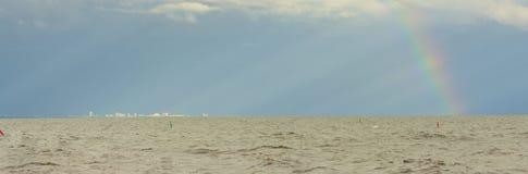 Город и радуга панорамы Стоковое Фото