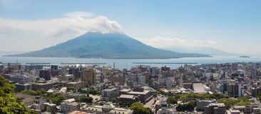 Город Кагошима с заливом Кагошима и изверганное Vulcan Sakurajima на ясный летний день Размещенный в Кагошима, Кюсю, к югу от стоковое фото rf