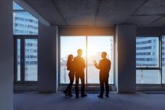 Город квартиры агента недвижимости пар силуэтов Стоковая Фотография RF