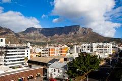 Город Кейптауна со Столовой горой на заднем плане стоковое фото rf