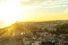 Город Лиссабона увиденный сверху во время захода солнца стоковое фото rf