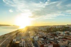 Город Лиссабона увиденный сверху во время захода солнца стоковое изображение rf