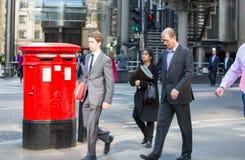 Город Лондона, идя бизнесменов на улице Великобритания Стоковая Фотография RF
