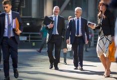 Город Лондона, идя бизнесменов на улице Великобритания Стоковое Фото
