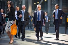 Город Лондона, идя бизнесменов на улице Великобритания Стоковые Изображения RF
