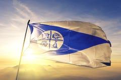 Город Миннеаполис ткани ткани ткани флага Соединенных Штатов развевая на верхнем тумане тумана восхода солнца стоковое фото