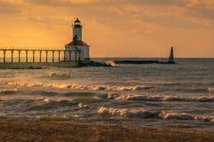 Город Мичигана, Индиана/США 26-ого сентября 2018: Маяк парка Вашингтона искупанный в золотом освещении часа во время захода солнц стоковая фотография rf