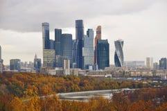 Город Москвы осени с красочным лесом Стоковое Изображение