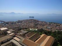 Город Неаполь сверху Неаполь Италия Вулкан Vesuvius позади стоковое фото