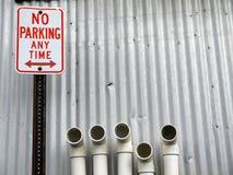 город никакая стоянка автомобилей пускает знак по трубам Стоковое Изображение
