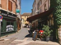 Город 18-ое июля 2017 Франции Cluny, зоны бургундского: Старая узкая улица центральной части города в горячем, солнечном лете Стоковое Изображение RF