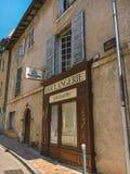 Город 18-ое июля 2017 Франции Cluny, зоны бургундского: Старая узкая улица центральной части города в горячем, солнечном лете Стоковая Фотография RF