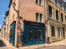 Город 18-ое июля 2017 Франции Cluny, зоны бургундского: Старая узкая улица центральной части города в горячем, солнечном лете Стоковые Изображения