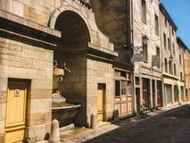 Город 18-ое июля 2017 Франции Cluny, зоны бургундского: Старая узкая улица центральной части города в горячем, солнечном лете Стоковые Фото