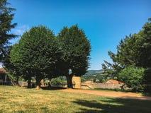 Город 18-ое июля 2017 Франции Cluny, зоны бургундского: Старая узкая улица центральной части города в горячем, солнечном лете Стоковое Изображение