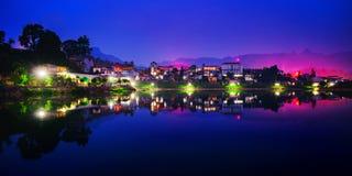 Город около озера стоковые фотографии rf