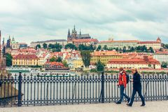 Город панорамного вида и река Влтава в Праге, чехии стоковые фотографии rf