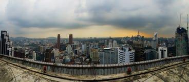 Город панорамы Куалаа-Лумпур Малайзии от вертодрома во время захода солнца Стоковые Изображения