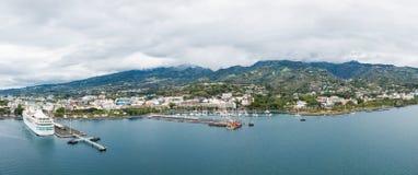 Город Папеэте, остров Таити, Французской Полинезии Вид с воздуха горизонта города, морского порта и морского пехотинца стоковое фото
