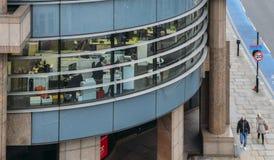 Город работников Лондона профессиональных на столах с компьютерами как увидено от высокой перспективы с взглядом пешеходов на Стоковое Фото