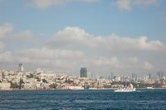 Город Стамбула в расстоянии на фоне голубого неба Стоковые Изображения