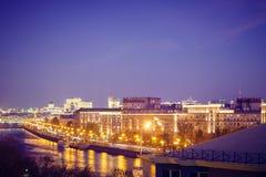 Город с многоэтажными зданиями на банках реки стоковое фото rf