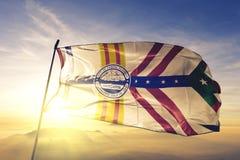 Город Тампа ткани ткани ткани флага Соединенных Штатов развевая на верхнем тумане тумана восхода солнца стоковые фотографии rf