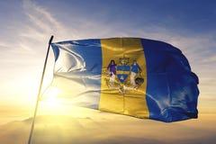 Город Филадельфии ткани ткани ткани флага Соединенных Штатов развевая на верхнем тумане тумана восхода солнца стоковые фотографии rf