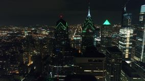 Город Филадельфия вида с воздуха разбивочный & окружающая територия на ноче акции видеоматериалы