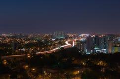 Город хайвея на ноче Стоковая Фотография