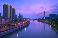 Город Шанхай и река Suzhou на ноче Стоковые Фото