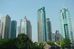 Город Шанхай Китай Ландшафт районов парка, старинных зданий и современных небоскребов стоковые фотографии rf