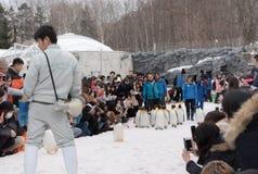 Город Asahikawa, Хоккаидо, Япония 13-ОЕ МАРТА 2019: Парад пингвинов пока идущ через снег на зоопарке Asahiyama, Японии стоковые изображения