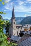 Город Hallstatt Взгляд церков в романтичном городе Hallstatt в Австрии Стоковые Фото