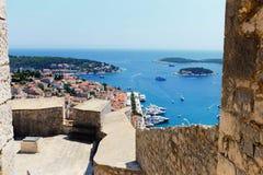 Город Hvar и гавань от испанской крепости в Coratia стоковые фотографии rf