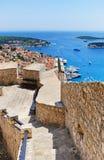 Город Hvar и гавань от испанской крепости в Coratia стоковые изображения