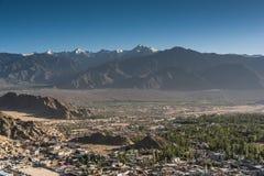 Город Leh и красивая гора, Leh Ladakh, Индия Стоковая Фотография