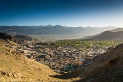 Город Leh и красивая гора, Leh Ladakh, Индия Стоковое Изображение