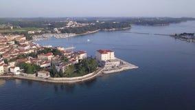 Город Porec Хорватии от неба акции видеоматериалы