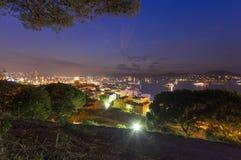 Город St Tropez на ноче стоковое изображение