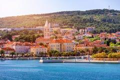 Город Supetar в острове Brac, Хорватии Взгляд от моря Живописный сценарный взгляд на Supetar на острове Brac, Хорватии панорамно стоковые изображения