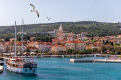 Город Supetar в острове Brac, Хорватии Взгляд от моря Живописный сценарный взгляд на Supetar на острове Brac, Хорватии панорамно стоковое фото rf