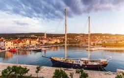 Город Supetar в острове Brac, Хорватии Взгляд от моря Живописный сценарный взгляд на Supetar на острове Brac, Хорватии панорамно стоковое изображение rf