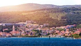 Город Supetar в острове Brac, Хорватии Взгляд от моря Живописный сценарный взгляд на Supetar на острове Brac, Хорватии панорамно стоковые фотографии rf