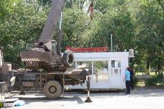 Город Yasny, РОССИЯ, 11 16 2009 Транспорт торгового павильона редакционо стоковые фотографии rf