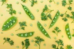 Горохи и картина петрушки безшовная на желтой предпосылке Зеленый Стоковое фото RF