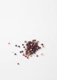 Горохи красного, белого, черного перца на белизне стоковое изображение