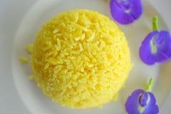 Горох риса и бабочки турмерина на белой плите еда традиции тайская тип тайский Отмелый dept поля Взгляд сверху конец мягко стоковое изображение